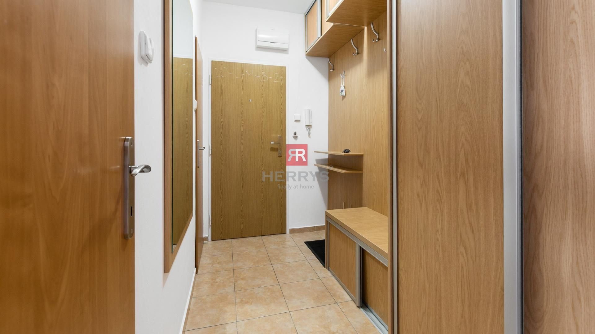 HERRYS - Na predaj svetlý kompletne zrekonštruovaný 3 izbový byt s 2 balkónmi a pivnicou vo vyhľadávanej lokalite v Ružinove