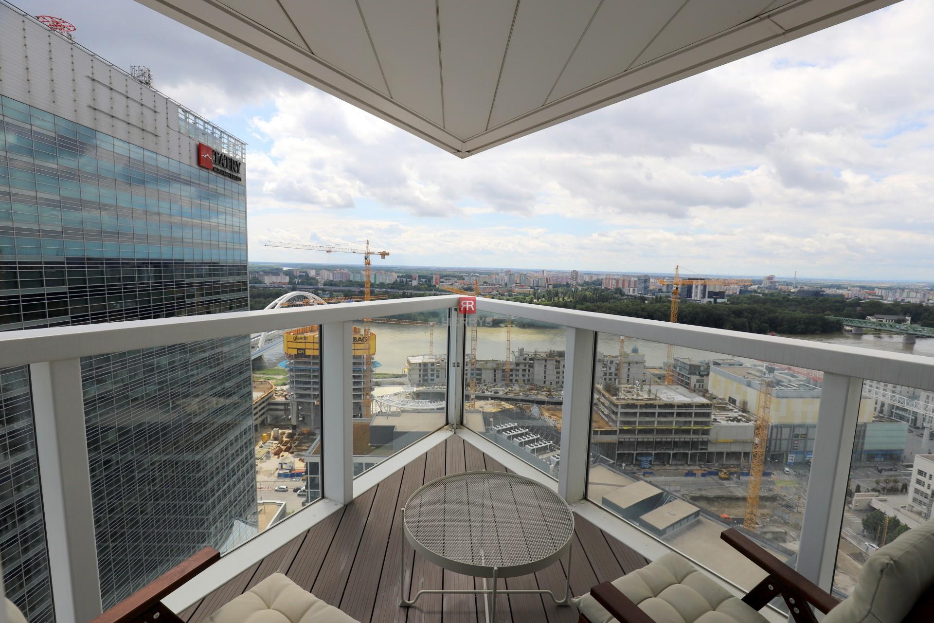 Prenájom - 4 izbový byt v Panorama City s krásnym výhľadom z 26. poschodia na Staré Mesto a Dunaj