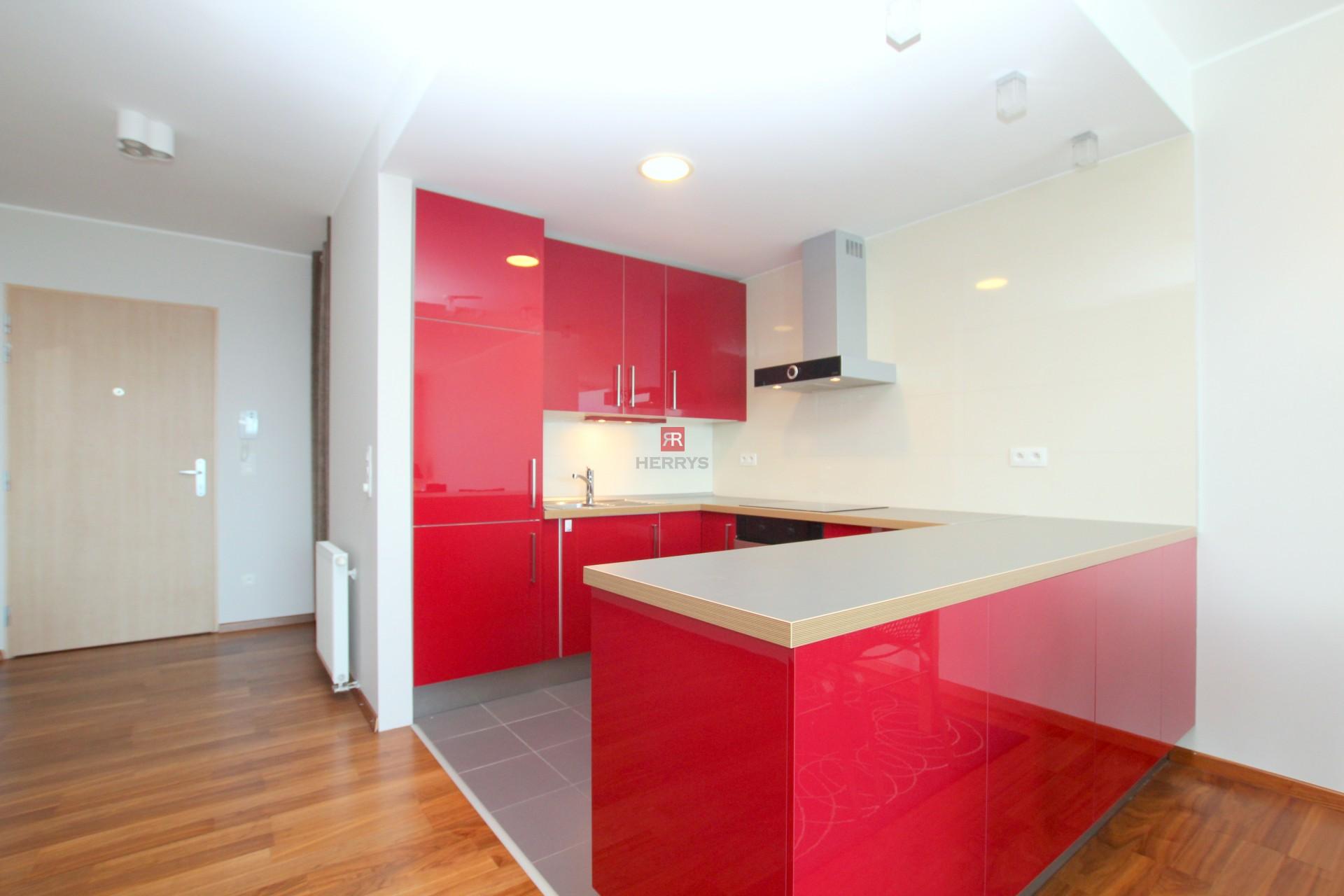 HERRYS - Na prenájom priestranný 3 izbový byt v projekte III Veže s výhľadom na mesto vrátane internetu, TV a garážového státia