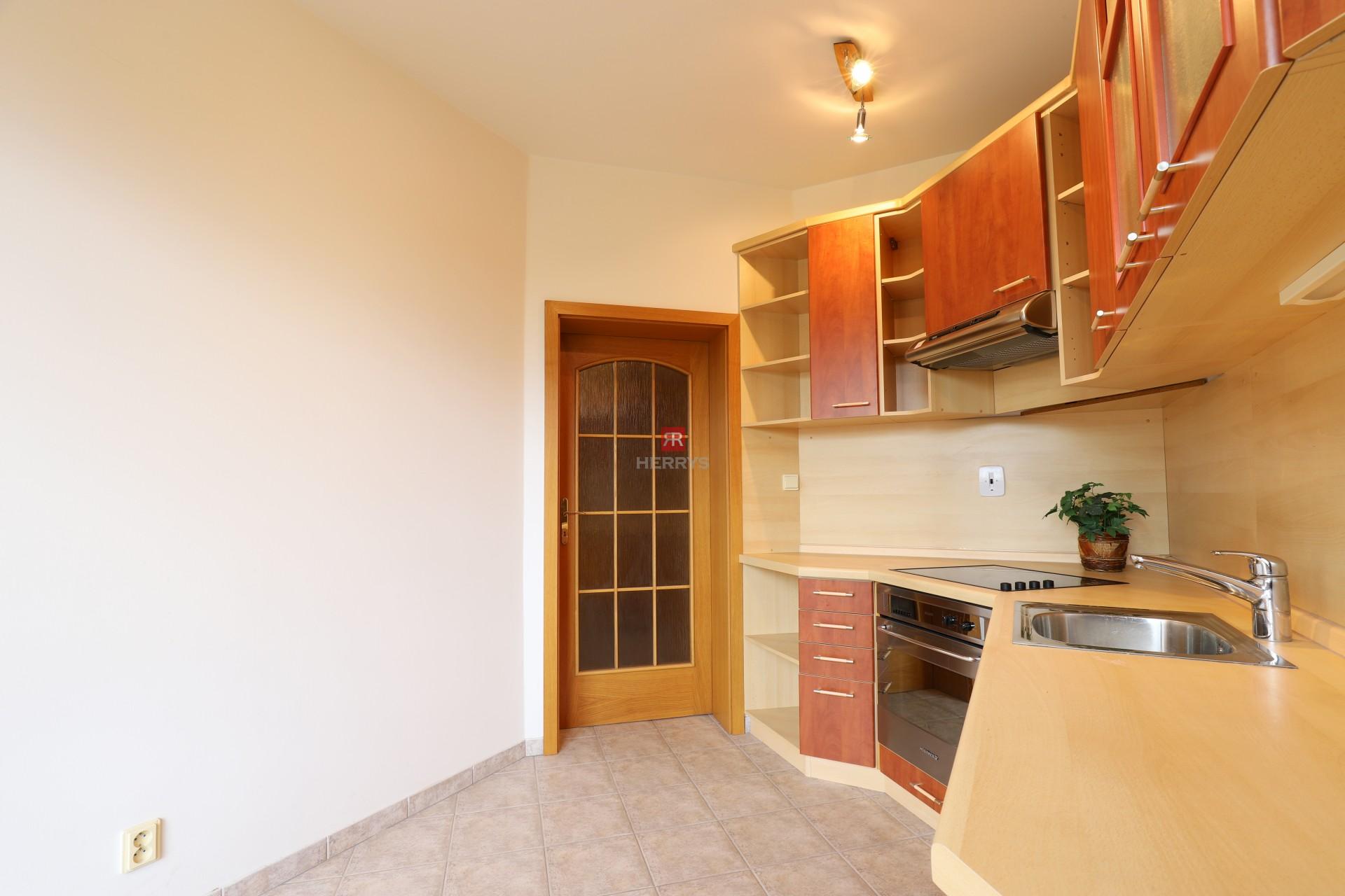 HERRYS - Na predaj veľký 2 izbový byt na Záhradníckej ulici v blízkosti trhoviska v Ružinove, parking